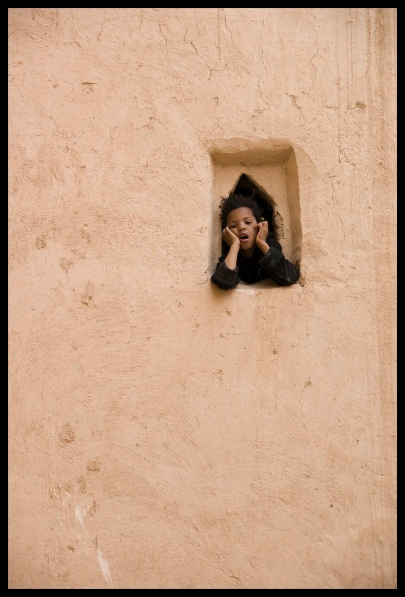 105218_DSC0021 child at window